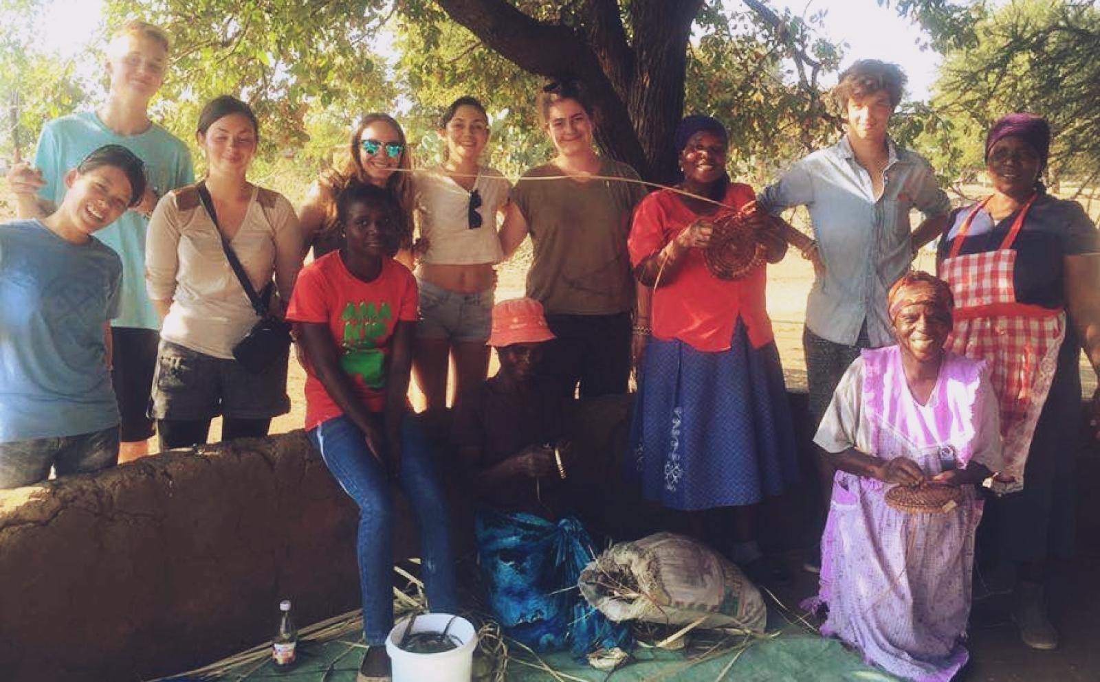 ボツワナでがんばる河野実里さんと仲間の環境保護ボランティア
